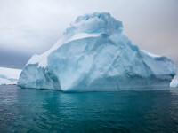 Momentul terifiant în care un aisberg, pe care se aflau 2 exploratori, se scufundă. Au fost la un pas de a fi zdrobiți. VIDEO