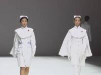 Echipamentele de protecție au ajuns și pe podiumul unei prezentări de modă, în China. Cum arată noile uniforme pentru medici
