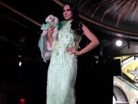 Noile tendinţe în moda canină au fost prezentate la New York. Zeci de căței au defilat alături de manechine