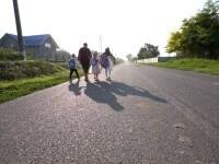 Directoarea unei școli sătești din Botoșani și-a luat permis doar pentru a putea duce copiii la școală cu microbuzul