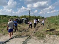 Un șofer pe un excavator a murit după ce utilajul a fost lovit de tren