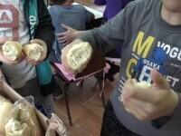 Școala a început, dar unii elevi încă așteaptă alimentele promise de Guvern. De multe ori ajung la gunoi