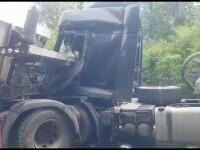 Trei TIR-uri s-au ciocnit pe o șosea din Dâmbovița. Doi dintre șoferi au fost răniți