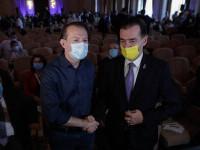 """""""Rivalii"""" Orban și Cîțu și-au strâns mâinile în fața presei. Gorghiu: """"Mai stați o tură"""""""
