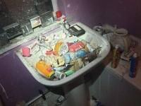 """Șase copii din Marea Britanie au trăit într-o adevărată """"casă a groazei"""", în mizerie și gunoaie"""