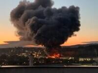 Incendiu puternic la o hală din Cluj Napoca. Oamenii sunt rugați să stea în case și să închidă geamurile. GALERIE FOTO