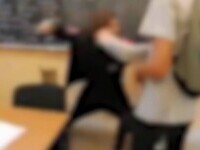 Un elev a fost snopit în bătaie, într-o sală de clasă, după ce a refuzat să închidă o ușă. Școala a început o anchetă