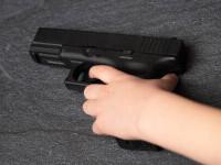 Un băiat de doi ani a murit după ce s-a împușcat în cap, din greșeală. Proprietarul armei a fugit de la locul faptei