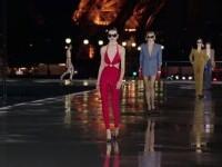 Prezentare de modă în fața turnului Eiffel din Paris. Body-uri decoltate, din colecția Yves Saint Laurent