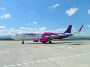 avion wizz air pe pista