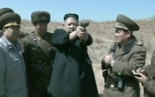 Kim Jong Un trage cu pistolul la tinta