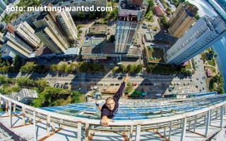 Mustang Wanted atarnat de o cladire in Kiev