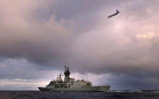 Un avion Orion P-3K si nava HMAS Perth, in timpul operatiunilor de cautare din Oceanul Indian