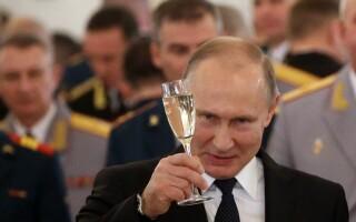 Vladimir Putin la o receptie pentru militarii intorsi din Siria