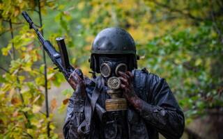 militar rus cu masca de gaze