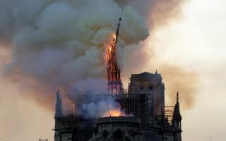 Momentul în care o bucată din acoperișul catedralei Notre Dame se prăbușește