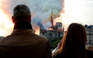 Momentul în care oamenii devastați de incendiul de la Notre Dame încep să cânte imnuri - 6