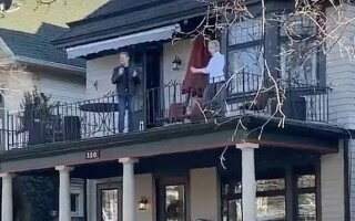 captura doi batrani danseaza la balcon