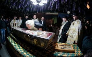 Moaștele Sfintei Cuvioase Parascheva, scoase pe străzi pentru a combate Covid-19. Oamenii, chemați să iasă la geamuri