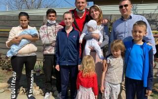 Lecție impresionantă de omenie: tânărul care s-a dus călare la spital să-și vadă nou-născutul s-a mutat la casă nouă