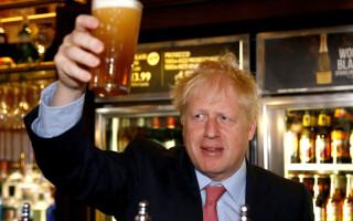 Anglia se pregătește să se îmbete, după 4 luni de caratină. Boris Johnson însuși va merge în pub să bea o bere