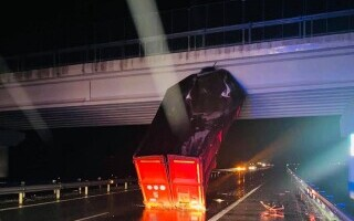 Bena unui TIR, agățată de un pod, după explozia unui cauciuc. Cabina a ajuns pe sensul opus
