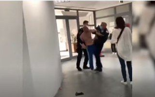 Bătaie la Starea Civilă din Vaslui. Doi bărbați s-au luat la pumni, în timp ce soțiile lor se loveau cu poșetele VIDEO