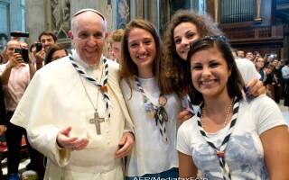 Papa Francisc face poza cu tinerii 2
