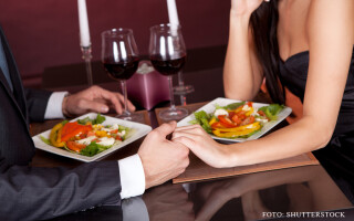 cuplu luand cina la restaurant