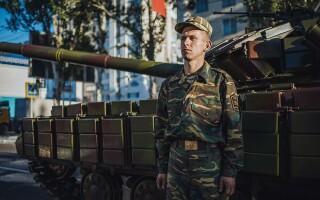 militar din Transnistria langa tanc
