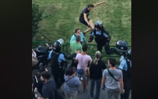 jandarm lovit proteste
