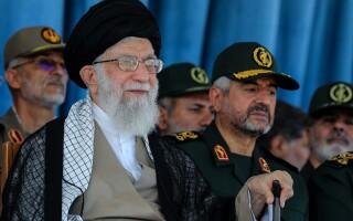 Ayatollahul Khamenei şi lideri militari iranieni