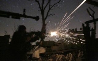 soldati ucrainei tragand