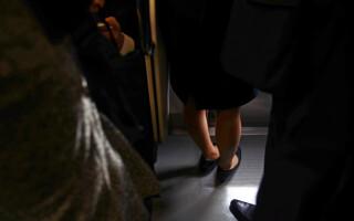 Bărbat prins când filma pe sub fustele femeilor în metrou. Posta clipurile pe internet