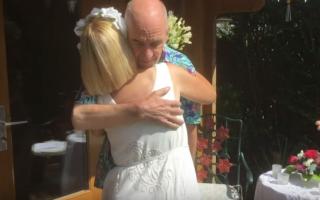 Un cuplu s-a recăsătorit după ce bărbatul, care suferă de demență, a uitat de prima nuntă
