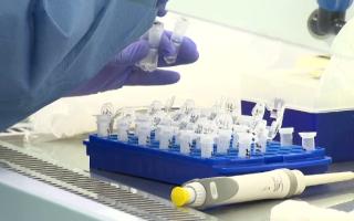 Unii români ar putea fi parțial imuni la infectarea cu Covid-19. Care este motivul