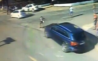 Momentul în care un tânăr e lovit în plin de un șofer
