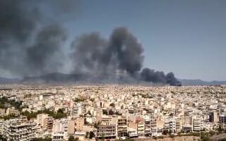 Incendiu puternic în Atena. O autostradă a fost închisă din cauza fumului gros