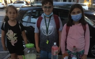 Trei copii din Cluj Napoca oferă trecătorilor limonadă pentru a-și ajuta un prieten bolnav de cancer