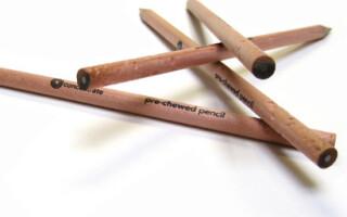 creioane mestecate la un capat