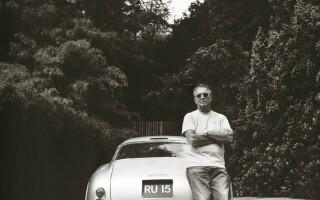 Eric Clapton langa masina lui