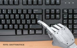 mana de robot pe tastatura