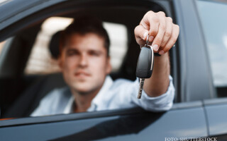 barbat cu cheia de la masina in mana