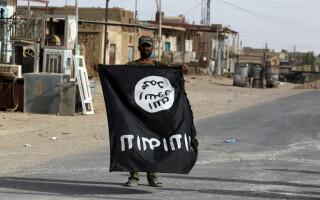 luptator din Irak cu steagul ISIS