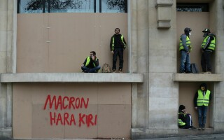 "Mesajul ""Vestelor Galbene"" pe o clădire din Paris: ""Macron Hara Kiri"
