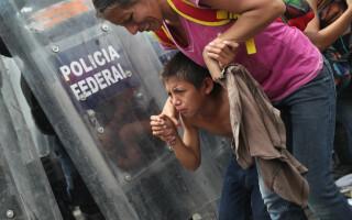 Caravana migranților din Guatemala intră în Mexic