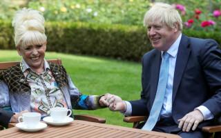 Actriţa Barbara Windsor a murit la 83 de ani. A jucat chiar și cu Boris Johnson