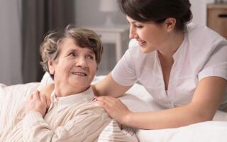 (P) Cum să treci mai ușor peste tristețea plasării părinților sau bunicilor într-un cămin de bătrâni