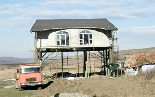 """Casa suspendată, noua """"minune"""" arhitectonică din Vaslui"""