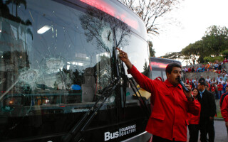 Nicolas Maduro, vorbind sustinatorilor, in fata palatului prezidential